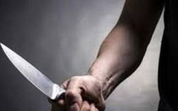 """Khống chế đối tượng nghi """"ngáo đá"""" 2 tay 2 dao đuổi người qua đường"""