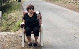 Bà lão dùng máy sấy tóc làm 'súng bắn tốc độ' để răn đe các phương tiện trên đường phố địa phương