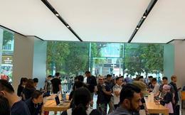 Đầu giờ chiều nay, Apple Store Singapore vẫn chật cứng người Việt