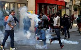 Nghệ sĩ thản nhiên chơi piano giữa lúc cảnh sát Pháp đuổi người biểu tình