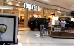 Xe 'điên' húc đổ cửa kính, lao vào làm loạn trung tâm thương mại