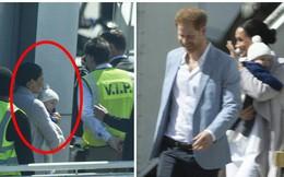 Meghan Markle bế con trai xuất hiện tại sân bay, bắt đầu chuyến công du, 'ghi điểm' tuyệt đối nhờ hành động tinh tế