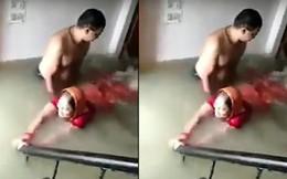 Tranh thủ mưa ngập nhà, chồng dạy vợ tập bơi