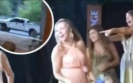Thấy bạn gái bắt được hoa cưới của cô dâu, nam thanh niên sợ hãi bỏ của chạy lấy người khiến dân mạng cười nghiêng ngả