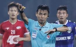 Sau khi cấm vĩnh viễn trọng tài nội vì bắt ẩu, BTC V.League thuê 2 'vua áo đen' của Malaysia làm nhiệm vụ