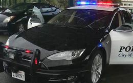 Đang truy đuổi nghi phạm, xe cảnh sát Mỹ bỗng cứng ngắc vì... hết pin