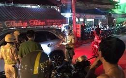 TP.HCM: Bị kiểm tra nồng độ cồn, tài xế ô tô tông thẳng vào xe của CSGT