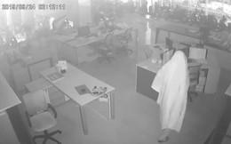 """Truy tìm tên trộm """"bóng ma"""" đột nhập cửa hàng xe máy cuỗm hàng trăm triệu đồng"""