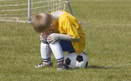Hy hữu: Trọng tài rút thẻ đỏ đuổi toàn bộ cậu bé nhặt bóng ở sân vì hành động xấu xí này