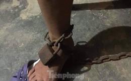 Chồng dùng xích sắt trói chân vợ vào cột nhà