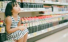 """Cô bé ăn nho trong siêu thị bị nhân viên lớn tiếng mắng """"không có giáo dục"""", người mẹ đưa ra cách giải quyết đáng ngưỡng mộ"""