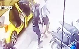 Nhóm người đi trên 2 ô tô xông vào quán vịt quay chém loạn xạ