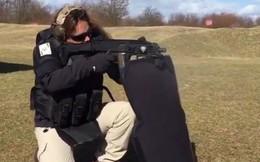 Người phụ nữ Israel khai hỏa súng carbine hộp tiếp đạn kép tại CH Séc