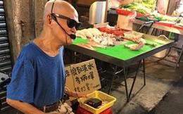 Ca sĩ mù Đài Loan đi hát ở chợ kiếm tiền chữa bệnh