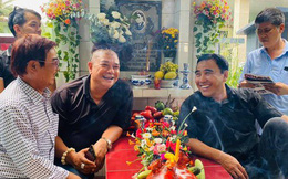 Xúc động hình ảnh Quyền Linh cùng bạn bè đến thăm mộ nhân 23 năm ngày mất của Lê Công Tuấn Anh