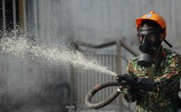 Cận cảnh bộ đội dùng súng phun hóa chất để tẩy độc Rạng Đông
