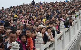 Cảnh tượng biển người mênh mông trong kỳ nghỉ lễ Quốc Khánh Trung Quốc: Người dân đứng chật cứng cả cây cầu chỉ để 'check-in'