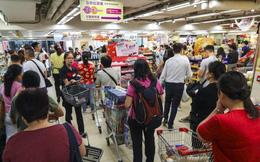Hong Kong: Dân đổ xô tích trữ thực phẩm, rút tiền mặt