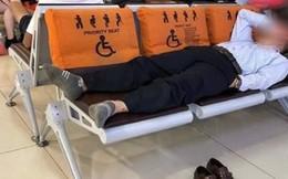 """Thanh niên đăng đàn tố hành khách một mình nằm chiếm 3 ghế của người khuyết tật ở sân bay, nào ngờ lại bị dân mạng """"đánh úp"""", chửi ngược một cú thật bất ngờ"""
