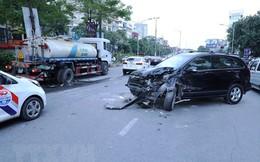 Hà Nội: Ôtô 4 chỗ đâm xe bồn đang tưới nước dải phân cách