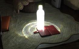 Cái khó ló cái khôn: Mất điện vì siêu bão, anh thanh niên Nhật Bản chế luôn đèn cứu hộ từ smartphone và chai nước để dùng tạm