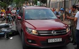 TP.HCM: Nữ tài xế ô tô liên tục bấm còi, sau đó tông nhiều xe máy đang dừng bên đường