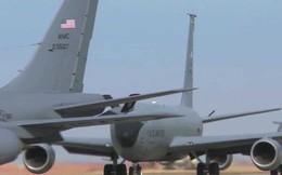 """Xem """"thùng xăng bay"""" KC-135 Stratotanker của Mỹ biểu diễn """"voi đi bộ"""""""