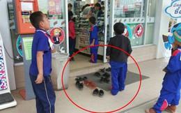 Nhóm học sinh bỏ dép khi vào cửa hàng dù không có quy định, lúc đầu ai cũng khó hiểu nhưng sau đó hết lời khen ngợi