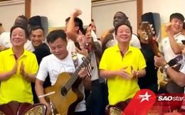 Duy Mạnh hát, bầu Hiển và Quang Hải nhảy cực sung