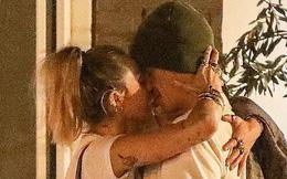 Miley Cyrus lần đầu công khai khoá môi Cody Simpson trước bàn dân thiên hạ, dính tình trẻ như hình với bóng