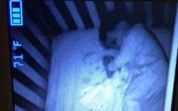 """Tối soi camera thấy có """"bóng ma"""" nằm cạnh con, đến khi kiểm tra mẹ mới biết sự thật trớ trêu"""