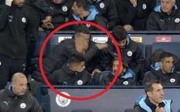 HLV Man City mất bình tĩnh, vò đầu bứt tai, đập bàn đập ghế vì học trò chây ỳ