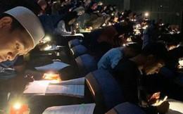 Chăm chỉ như sinh viên trường người ta: Cúp điện vẫn rọi đèn pin điện thoại để làm bài kiểm tra