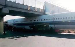 Trung Quốc: Máy bay mắc kẹt dưới gầm cầu gây xôn xao mạng xã hội