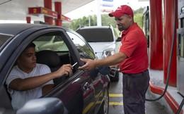 Lạm phát tăng cao, người dân Venezuela mua xăng bằng thuốc lá, gạo...