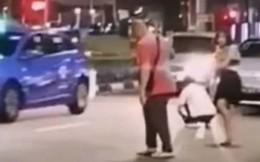 Cãi nhau với lái xe taxi, nữ hành khách tức khí lột đồ giữa đường