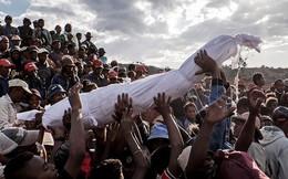Halloween phiên bản Madagascar: 'Lễ hội ma' kỳ dị bậc nhất thế giới, mang cả... xác chết ra ngoài trời cùng nhau nhảy múa