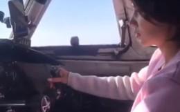 Phi công vô tư để nữ hành khách cùng điều khiển máy bay