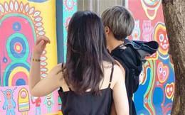 Ghé thăm địa điểm du lịch đông người, cô gái trẻ thản nhiên diện đồ mỏng tang lộ nội y, hành động của bạn trai gây chú ý