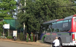 Xe khách lao vào nhà dân, gần 20 hành khách thoát chết trong gang tấc