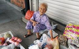 Cụ bà 97 tuổi khắc khổ bán hoa quả và sự thật bất ngờ phía sau, đi buôn chỉ là... niềm vui