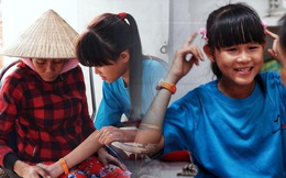 """Cô bé 12 tuổi sáng đi học, tối đẩy xe lăn cùng mẹ bán vé số ở Sài Gòn: """"Con ước được nghỉ bán 1 ngày để ngồi ăn cơm với ba mẹ"""""""