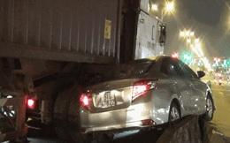 Ô tô 4 chỗ bị container kéo gần 20 mét trên dải phân cách