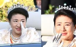 Khoảnh khắc Hoàng hậu Masako đôi mắt đỏ hoe, lén lau nước mắt khi diễu hành trước dân chúng trở thành tâm điểm chú ý