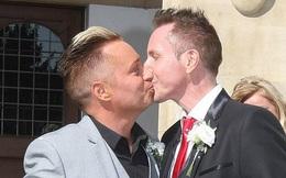 """""""Ông bố đồng tính đầu tiên của nước Anh"""" kết thúc cuộc hôn nhân 32 năm với chồng để cưới... bạn trai của con gái"""