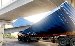 Dầm cầu bộ hành bị container kéo sập lệch với thiết kế 14m