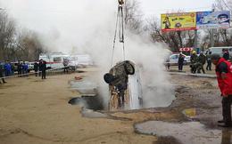 Xe hơi bị 'hố tử thần' nóng 75 độ C nuốt chửng, hai người chết thảm