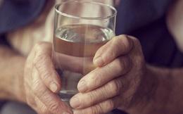 """Nhờ câu đố """"một cốc nước"""" của người thầy mà bao người đã giải tỏa được áp lực cuộc sống"""