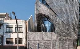 Sốc với tòa nhà mặt tiền bao phủ lớp thép uốn lượn độc đáo