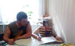 """Kèm con học bài, bố cầm hẳn cái chày ngồi cạnh """"Không tập trung là bố gõ cho boong đầu"""", cha mẹ xem xong phì cười đồng cảm"""